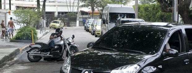O carro fecha Leandro provocando um acidente (Foto: Fina Estampa/ TV Globo)