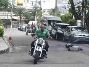 O suposto assaltante foge com a moto, deixando Leandro caído (Foto: Fina Estampa/TV Globo)
