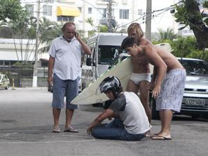 Leandro fica machucado após a armação (Foto: Fina Estampa/TV Globo)