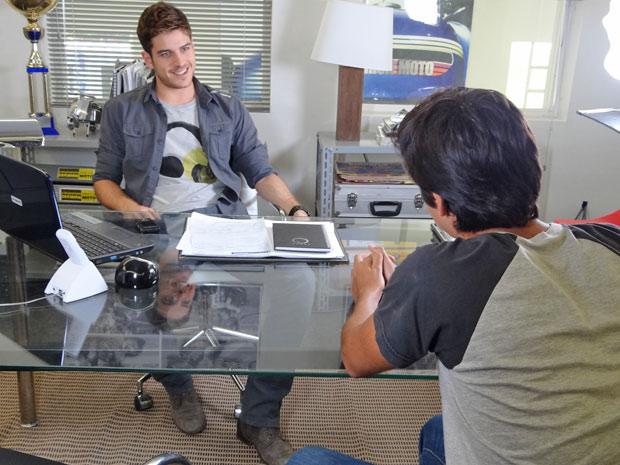 Rafa conversa com Leandro sobre assalto armado (Foto: Fina Estampa/TV Globo)