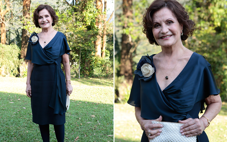 Rosamaria Murtinho (Magda) usou um vestido azul escuro contrastando com bolsa branca