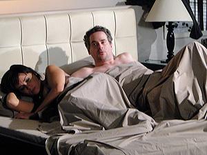 Paulo acorda ao lado de Marcela e percebe que traiu Esther (Foto: Fina Estampa/ TV Globo)
