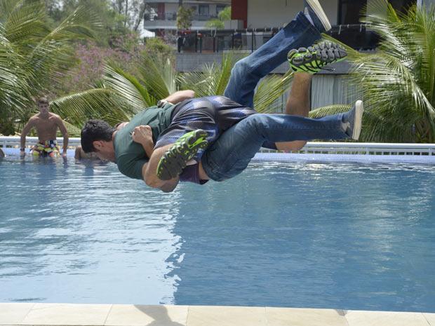 Wallace parte para cima de Quinzé e os dois caem na piscina (Foto: Fina Estampa/TV Globo)