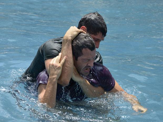 Eles ignoram os pedidos desesperados de Griselda e Teodora (Foto: Fina Estampa/TV Globo)