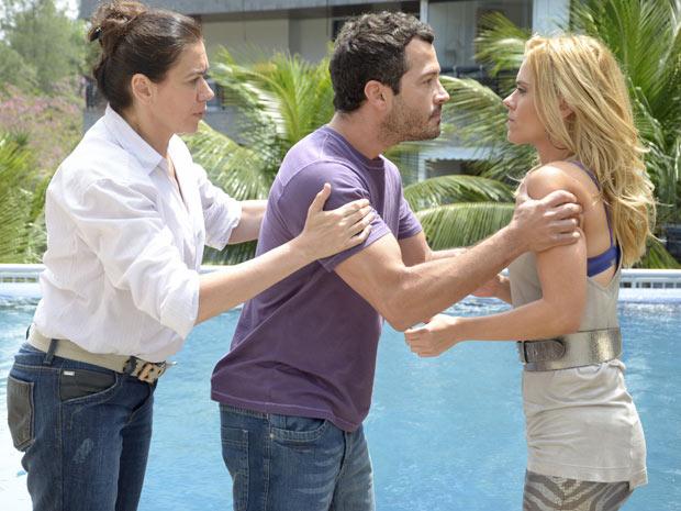 Quinzé ameaça bater em Teodora ao ver que ela está conversando com Griselda (Foto: Fina Estampa/TV Globo)