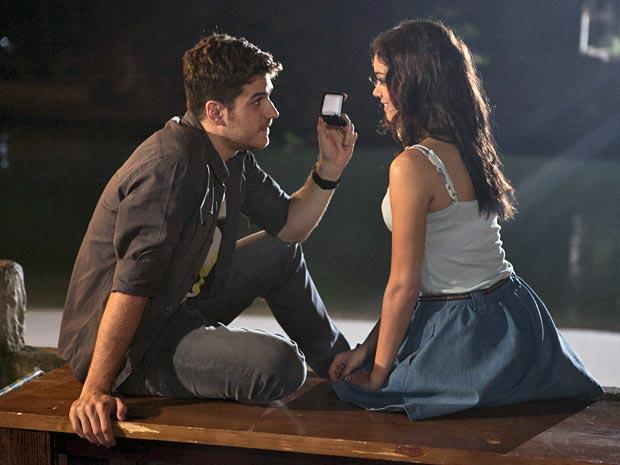 Rafael surpreende ao dar aliança de noivado para Amália (Foto: Fina Estampa/ TV Globo)