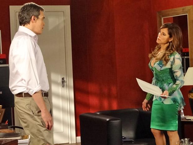 Tereza Cristina diz para René que passou o restaurante para o nome dele (Foto: Fina Estampa/TV Globo)
