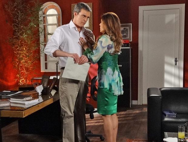O chef de cozinha recusa a doação de Tereza Cristina e rasga o documento (Foto: Fina Estampa/TV Globo)