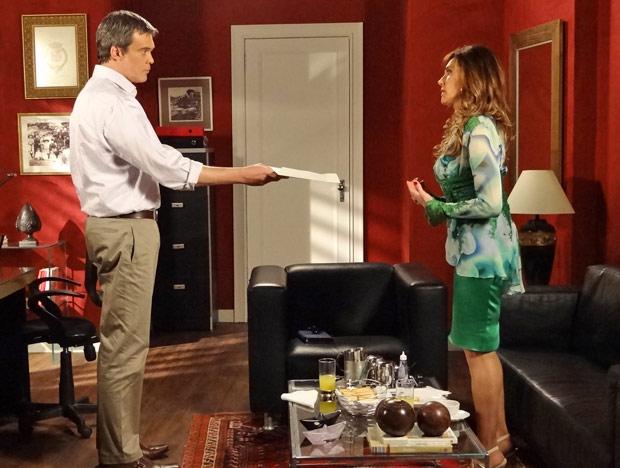 René reconhece a prova de amor da esposa (Foto: Fina Estampa/TV Globo)