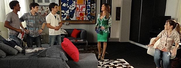 Tereza Cristina convida meninos para tomar lanche (Foto: Fina Estampa/ TV Globo)