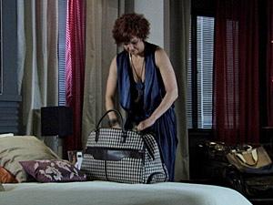 Esther arruma as malas para sair de casa (Foto: Fina Estampa/ TV Globo)