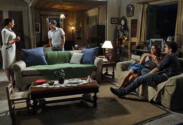 Antenor aparece na casa da mãe (Foto: Fina Estampa/ TV Globo)