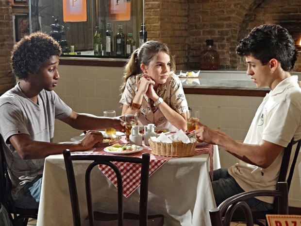 Carolina faz proposta a René Jr. e Leonardo (Foto: Fina Estampa/TV Globo)