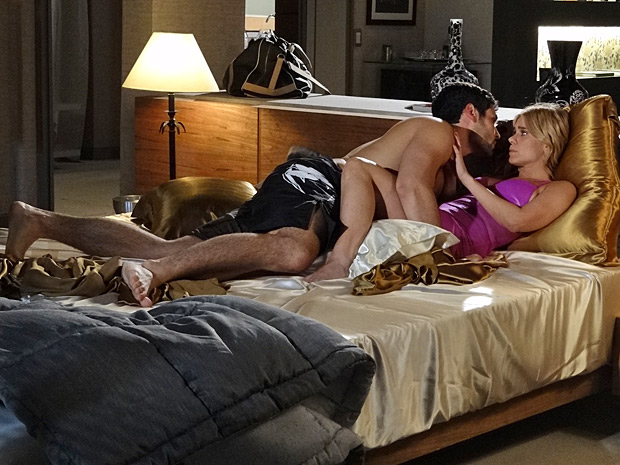 Wallace tenta dormir com Teodora mas ela prefere evitar esforços (Foto: Fina Estampa/ TV Globo)