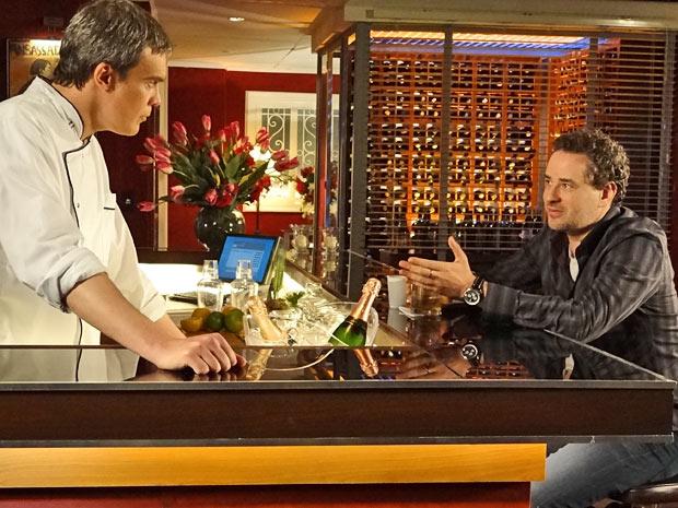 René acredita que Paulo só tenha contado de traição para se vingar de Esther (Foto: Fina Estampa/ TV Globo)
