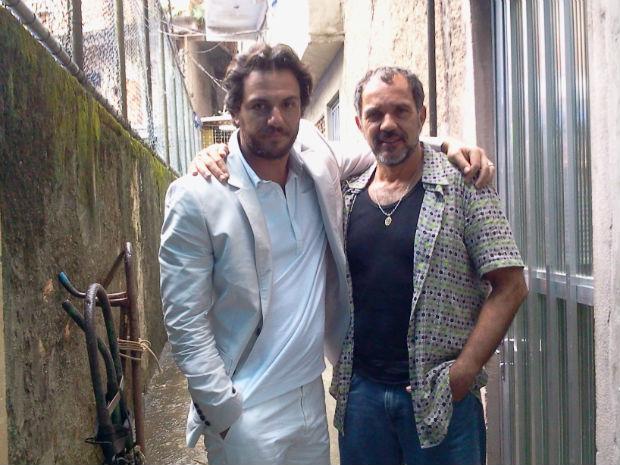 Rodrigo Lombardi e Humberto Martins posam na comunidade de Tavares Bastos (Foto: O Astro / TV Globo)