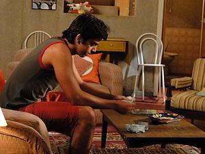 Leandro conta várias notas de R$ 100 (Foto: Fina Estampa / TV Globo)