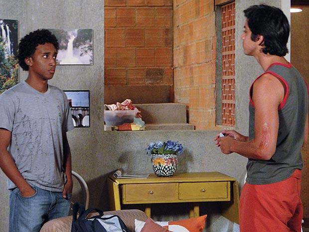 Leonardo discute com o irmão (Foto: Fina Estampa / TV Globo)