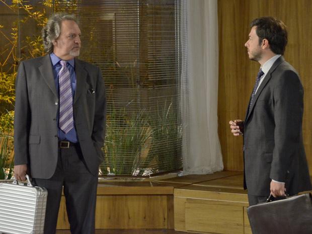 Mafioso faz perguntas sobre Tereza Cristina para o corretor (Foto: Fina Estampa/TV Globo)