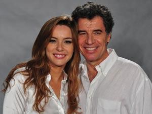 Regiane Alves e Paulo Betti formam casal apaixonado, que terá  (Foto: A Vida da Gente/TV Globo)
