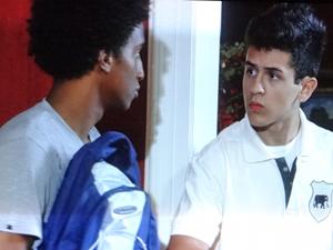 René Jr. e Leonardo ficam em choque ao serem desmascarados (Foto: Fina Estampa/TV Globo)