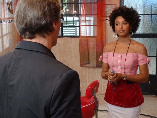 Alberto conversa com Sarita e se impõe (Foto: Aquele Beijo / TV Globo)