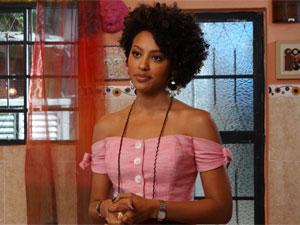Sarita ouve o que Alberto tem a dizer (Foto: Aquele Beijo / TV Globo)
