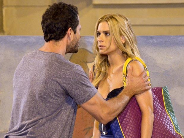 Quinzé fica indignado ao ver que Teodora está na escola de Quinzinho (Foto: Fina Estampa/ TV Globo)