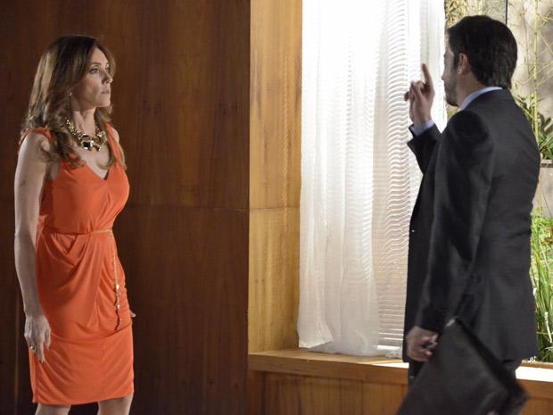 A socialite ameaça o corretor, que não se intimida  (Foto: Fina Estampa/TV Globo)