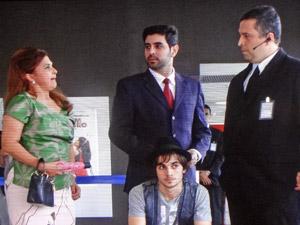 Íntima faz escândalo em frente ao cinema (Foto: Aquele Beijo/TV Globo)