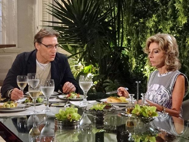 Alberto aconselha Maruschka a não se intrometer na vida de Rubinho (Foto: Aquele beijo/TV Globo)