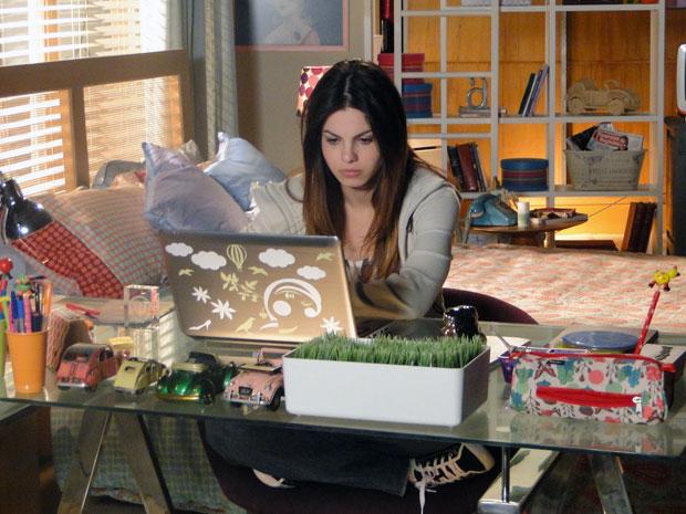 Alice procura informações sobre o pai na internet (Foto: A Vida da Gente - Tv Globo)