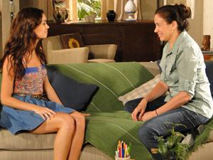 Griselda conta para Amália que vai comprar a mansão em frente à dos Velmonts (Foto: Fina Estampa/TV Globo)