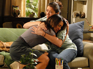 Celeste chora nos braços da comadre (Foto: Fina Estampa/TV Globo)