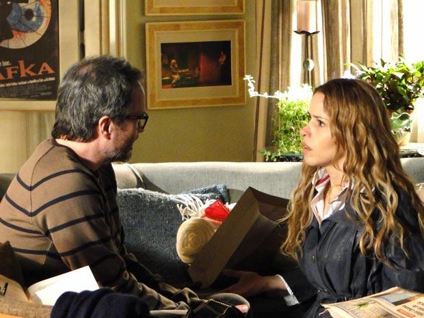 Celina questiona o marido sobre filhos (Foto: A Vida da Gente / TV Globo)
