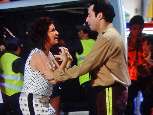 Claudia é confundida com garota de programa (Foto: Aquele Beijo/TV Globo)