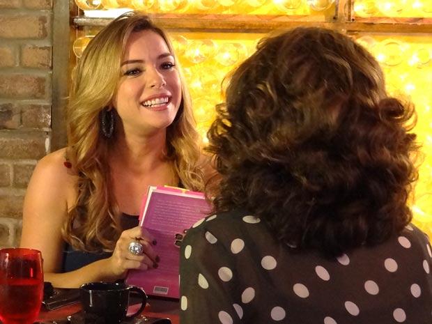 Cris se empolga com o plano (Foto: A Vida da Gente / TV Globo)