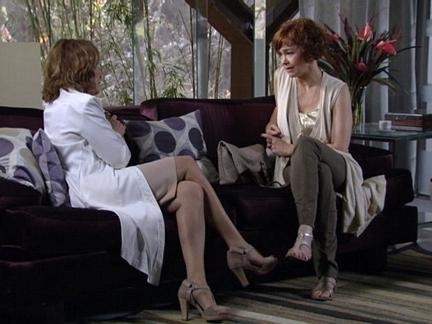 Esther conta que Paulo não a apoia em fazer a fertilização (Foto: Fina Estampa/TV Globo)