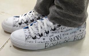 Os tênis diferentes dão o ar moderno ao seu visual (Foto: Malhação / TV Globo)