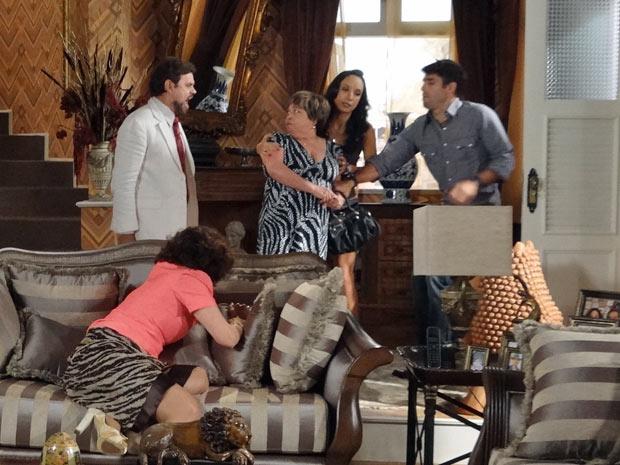 Felizardo defende a mulher e expulsa a portuguesa e o filho (Foto: Aquele Beijo/TV Globo)