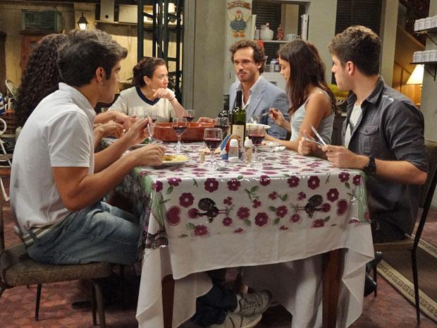 Noivado de Amália e Rafael reúne a família Pereira em volta da mesa (Foto: Fina Estampa/TV Globo)