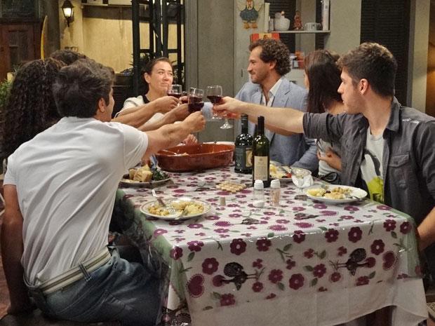 Guaracy participa da comemoração e fica feliz da vida (Foto: Fina Estampa/TV Globo)