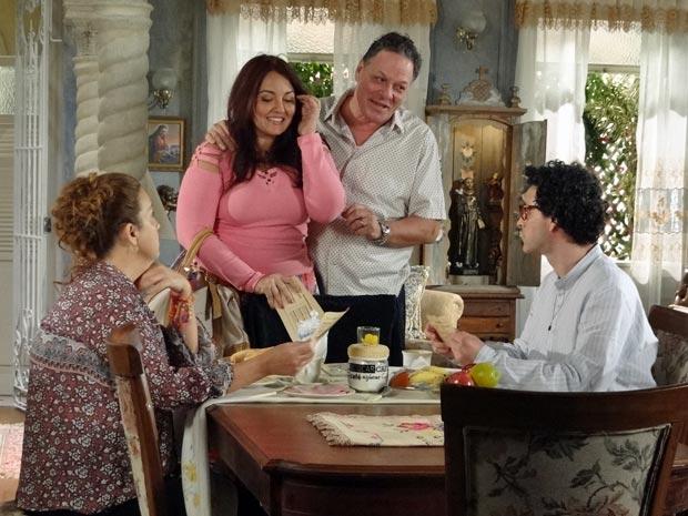 Olavo e Marieta vêm divulgar novo serviço que oferecem aos vizinhos da Vila Caiada (Foto: Aquele Beijo/TV Globo)