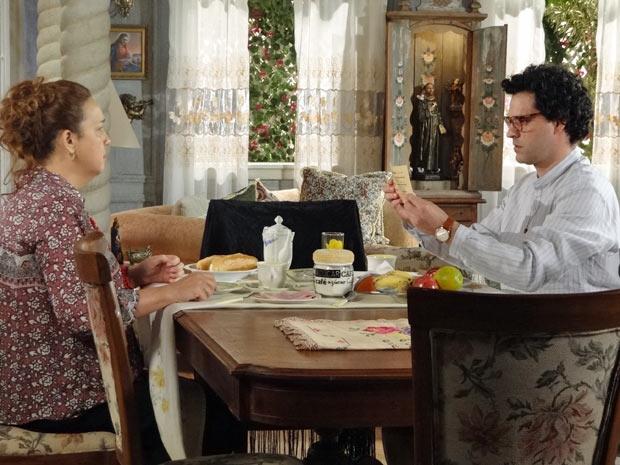 Joselito avisa à Iara que a vida deles pode mudar com esse empurrãozinho da Van Première (Foto: Aquele Beijo/TV Globo)