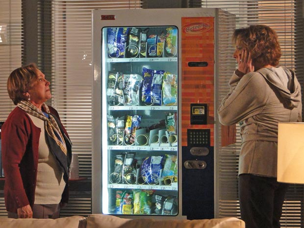 Eva diz que a mãe se arrependerá de ter feito isso (Foto: A Vida da Gente / TV Globo)