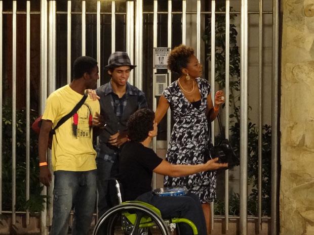 jefferson vê gabriel de longe (Foto: Malhação/ TV Globo)