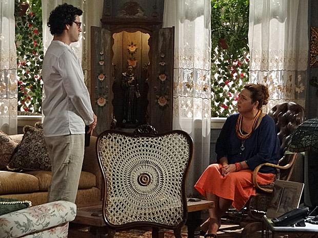 Joselito garante para Iara que caderno é muito importante (Foto: Aquele Beijo/TV Globo)