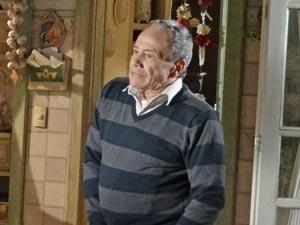 Laudelino percebe que exagerou (Foto: A Vida da Gente / TV Globo)