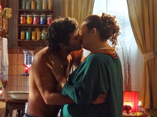 Mãe Iara se aproveita do rapaz e lhe tasca um beijo (Foto: Aquele Beijo / TV Globo)