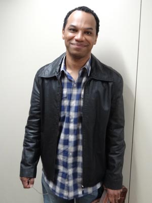 Na trama, Mauricio Gonçalves faz o editor de livros, que traz más notícias para Lourenço (Foto: A Vida da Gente/TV Globo)